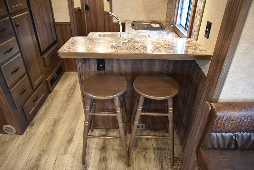 Bar in LE8X15RKB Charger Edition Livestock Trailer | Lakota Trailers