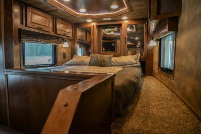 Bed in Gooseneck in BH8X17SRB | Lakota Trailers